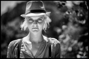 jeune femme avec chapeau, en noir et blanc